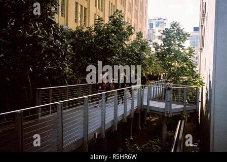 Le parc High Line une passerelle construite sur une ancienne voie surélevée, Chelsea, New York City, États-Unis d'Amérique.