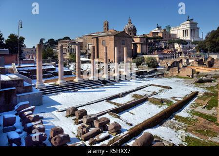 ROME. L'Italie. 27 FÉVRIER 2018 anciennes ruines romaines à Rome. En hiver, sous la neige, ROME. L'Italie. 27 FÉVRIER 2018