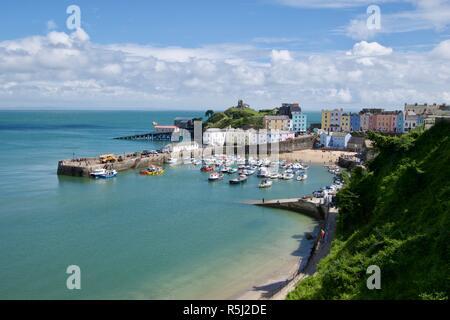 Vue sur le port de Tenby, ville et château, Pembrokeshire, Pays de Galles, Royaume-Uni