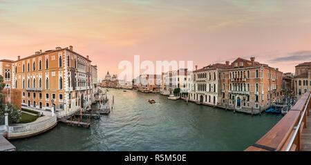 Vue sur le Grand canal et la Basilique Santa Maria della Salute, Venise, Italie.