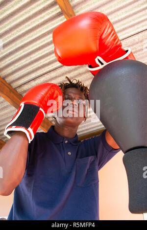 Beau jeune homme noir très beau pratiquer la boxe Banque D'Images