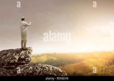 Image de musulman, homme debout sur le haut de falaise Banque D'Images