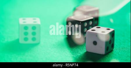 Jeu Casino, concept. White et Black dice sur feutre vert résumé fond, bannière Banque D'Images