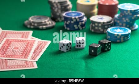 Jeu Casino, concept. Des piles de jetons de poker, jeux de cartes et de dés sur feutre vert contexte