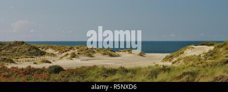 Vue sur les dunes, la plage et la mer du Nord à Banque D'Images