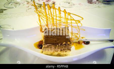 Tiramisu gâteau décoré avec du caramel croustillant artistique. Banque D'Images
