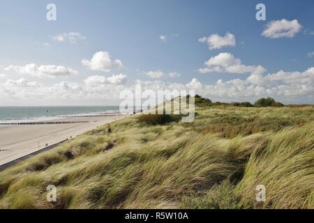 Mer du Nord, de la plage avec des épis et de la digue avec piste de montagne à zoutelande,225,sud,walcheren Pays-Bas Banque D'Images