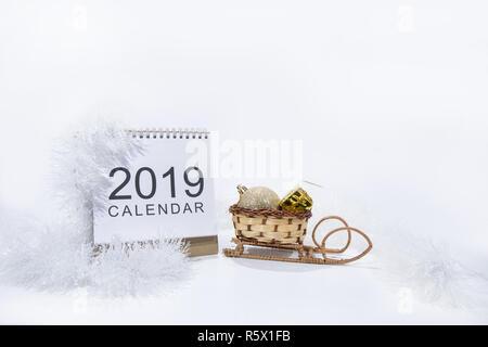 Décoration de Noël sur fond blanc. Papier de table Calendrier de l'année 2019. Banque D'Images