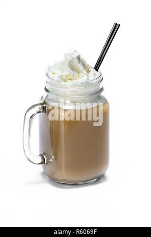 Café frais servi avec crème irlandaise puis recouverte de crème fouettée isolé sur fond blanc Banque D'Images