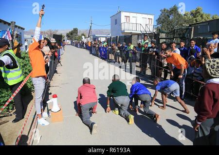 CAPE TOWN, AFRIQUE DU SUD - Mercredi 29 août 2018, les membres du public, les écoliers et les habitants de la rue Lumka dans Nomzamo dans Strand, participer à la province de l'Ouest l'Athlétisme (WPA) Rue programme sportif. Les enfants de tous âges et les adultes, arriver à lancer diverses distances de 50m à 200m dans une rue fermée, dans un quartier résidentiel. Ces événements sont organisés par le bureau de l'élaboration de WPA. Photo par Roger Sedres pour WP Athlétisme Banque D'Images