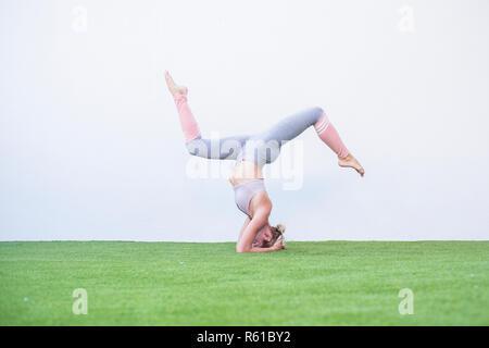 Position d'entraînement pilates yoga parfait pour strong young caucasian lady - personnes vivant avec millénaire de vie sain parfait avec plus de poids - Banque D'Images