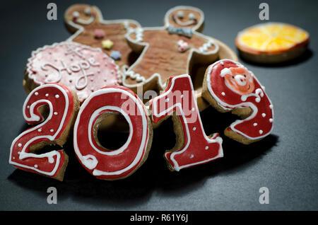 Carte de Noël sur fond rouge bois d'épice numéros 2019 avec des tranches d'orange et d'épices Mans Banque D'Images