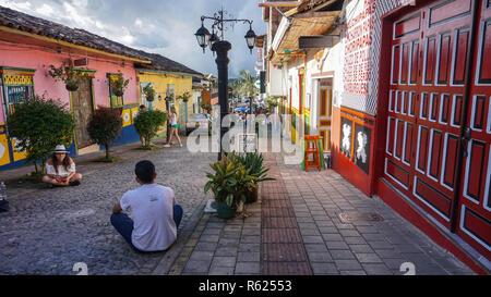 Maisons coloniales colorées dans les rues de Guatape, Medellin, Colombie, Amérique du Sud Banque D'Images