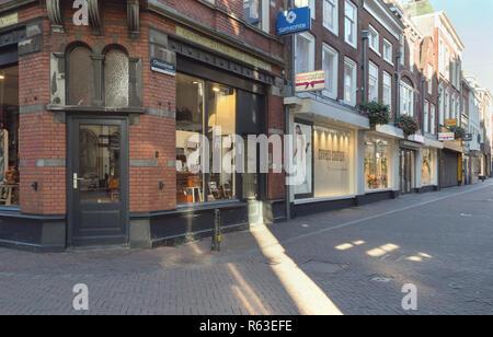 Utrecht, Pays-Bas, octobre 07, 2018: vitrines de magasins le dimanche matin avec vue sur la rue vide Banque D'Images