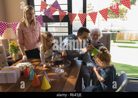 Multi-generation family relaxing in living room Banque D'Images