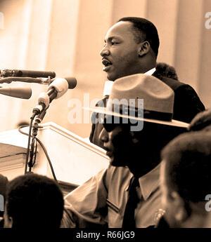 """Martin Luther King Jr. à la Marche sur Washington. La Marche sur Washington pour l'Emploi et de la liberté, de la Marche sur Washington, ou la Grande Marche sur Washington, s'est tenue à Washington, D.C. le mercredi 28 août 1963. Le but de la marche était de défendre les droits civils et économiques des Américains africains. En mars, Martin Luther King Jr., debout devant le Lincoln Memorial, a présenté ses """"historique J'ai fait un rêve"""" discours dans lequel il a appelé à mettre fin au racisme. La marche a été organisée par A. Philip Randolph et Bayard Rustin, qui a construit une alliance des droits civils. Banque D'Images"""