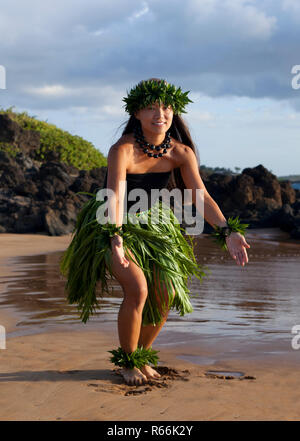Coloriage De Danseuse De Hula.Hawaiian Woman Danseuse De Hula Sur Une Ile La Page De Coloriage