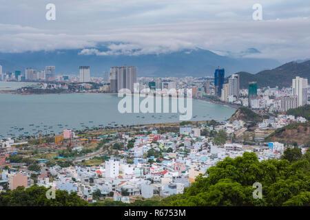 Maison de vacances resort Nha Trang Viêt Nam sur un jour nuageux à partir d'un point de vue au nord de la ville. Avec les montagnes en arrière-plan et les eaux turquoises de la mer de Chine du sud vers la gauche.