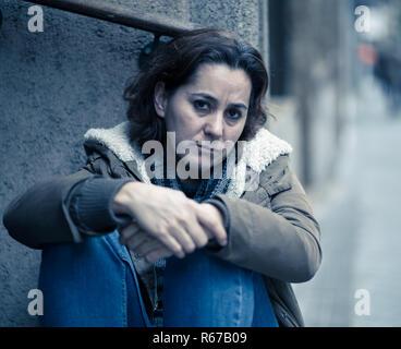 Jolie femme souffrant de dépression triste malheureux d'abattage le cœur brisé et solitaire assis dans les rues de la ville dans le domaine de la santé mentale de la douleur émotionnelle Abu Banque D'Images