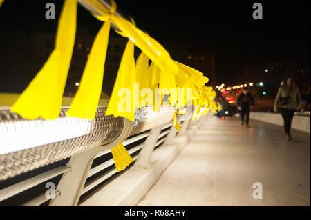 Barcelone, Espagne. 4 Décembre, 2018. Une centaine de personnes sont venus à un lien de liens massif jaune pour réclamer la liberté des prisonniers politiques. La loi a remplacé la police anti-émeute en raison de la recrudescence de la violence par des groupes violents liés à l'extrême droite. Charlie Perez/Alamy Live News
