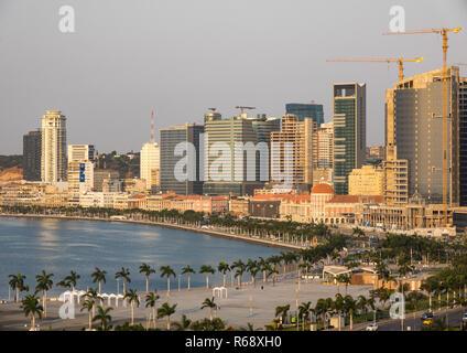 Vue de la promenade marginal dans le centre-ville de Luanda au coucher du soleil, la Province de Luanda, Luanda, Angola Banque D'Images