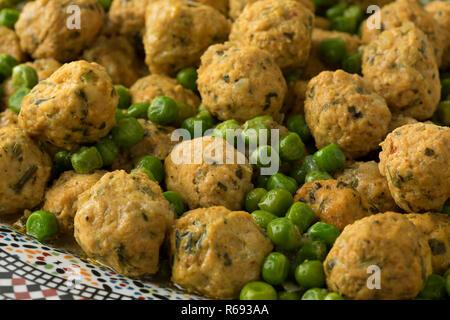 Boules de poulet hachée de style marocain et les pois verts close up Banque D'Images