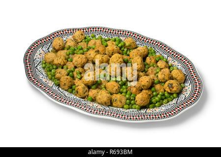 Plat avec style marocain poulet haché et les pois verts boules isolé sur fond blanc Banque D'Images