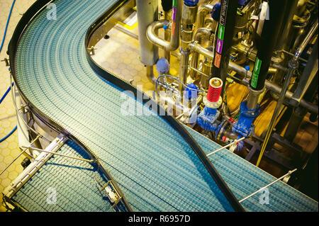 Ligne de production de bière. L'équipement pour la production et la mise en bouteille du produit fini
