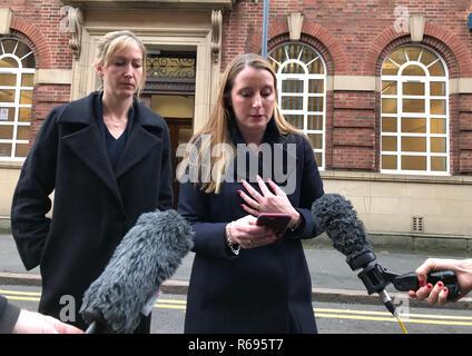 Isabel avocat parle de Bathurst à la presse à l'extérieur de Birmingham enquête du Tribunal après une enquête a dit Tryce Harry, 49 ans, est mort en Hongrie en mars à la suite de complications d'une intervention chirurgicale. Banque D'Images