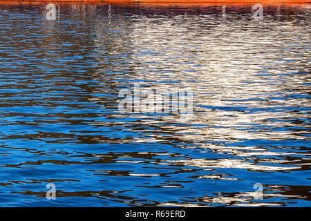 Réflexions à partir d'un navire jeter modèles intéressants sur l'eau
