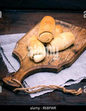 Des galettes cuites sur une planche en bois Banque D'Images