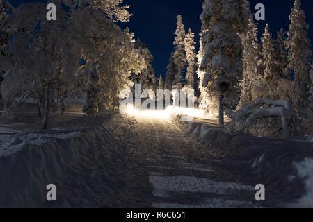 Rue avec snow à Saariselka Banque D'Images