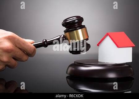 Close-up d'un juge frappant Gavel Banque D'Images