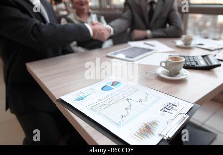 Close up.Poignée de partenaires financiers à la table de négociations