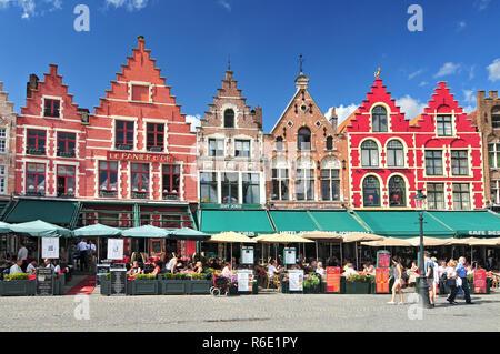 Style médiéval boutiques et restaurants autour de la Place du Marché (Grote Markt) à Bruges Belgique Banque D'Images