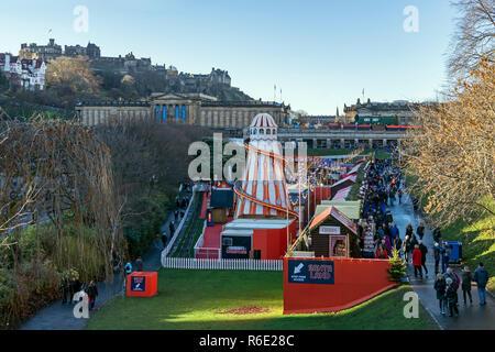 Vue de Santa terres avec les Galeries nationales d'Écosse et le château d'Édimbourg à Noël 2018 dans les jardins de Princes Street Edinburgh Scotland UK