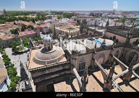 Vue du haut de la Tour de Giralda sur la cathédrale, la Plaza del Triunfo et l'Alcazar, Séville, Andalousie, Espagne Banque D'Images