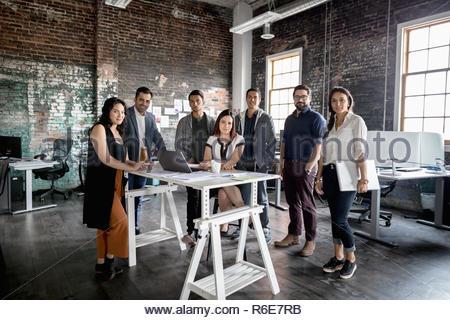 Portrait des gens d'affaires créatifs confiant réunion en open plan office loft Banque D'Images