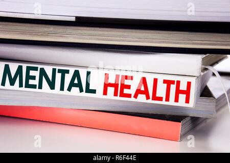 Parole, l'écriture de la santé mentale. Concept d'affaires pour l'Anxiété Troubles Maladie écrit sur le livre sur le fond blanc. Banque D'Images