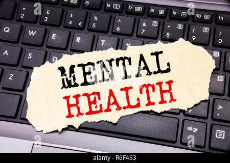 L'écriture de texte montrant la santé mentale. Concept d'affaires pour l'Anxiété Troubles Maladie écrit le post-it sur le clavier noir arrière-plan. Banque D'Images