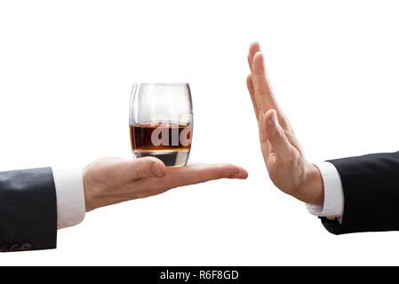 Rejeter d'un verre de Whisky offert par le partenaire Banque D'Images