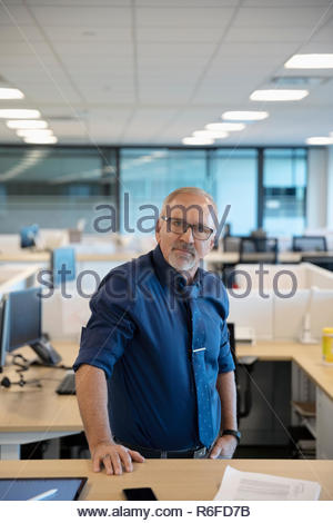 Portrait confiant senior businessman in office Banque D'Images