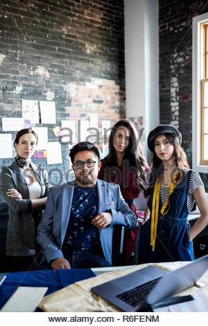 Les créateurs de mode Portrait confiant dans bureau loft Banque D'Images