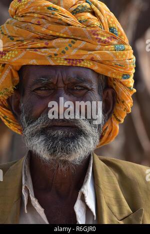 Personnes âgées de sexe masculin du Rajasthan, portant un turban coloré traditionnel, à directement à l'appareil photo, Rajasthan, Inde, Asie. Banque D'Images