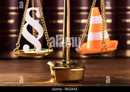 Paragraphe Symbole et cône de trafic sur l'échelle de la Justice Banque D'Images