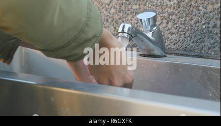 Lave-mains dans les toilettes publiques Banque D'Images