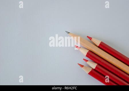 De nombreux groupe de crayons crayon de couleur jaune mais debout à partir de la foule d'abondance identique, le leadership, l'indépendance, l'unicité, l'initiative, l'initi Banque D'Images
