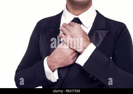 Beau jeune homme d'affaires ou représentant guy mode dans le costume officiel de la veste noire, chemise et cravate isolé sur fond blanc Banque D'Images