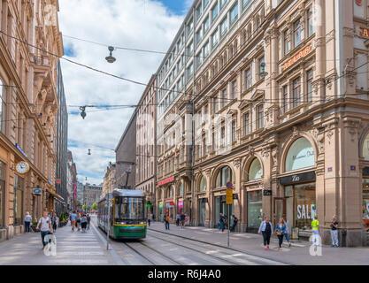 Commerces et tramway sur Aleksanterinkatu street dans le centre-ville, Helsinki, Finlande Banque D'Images