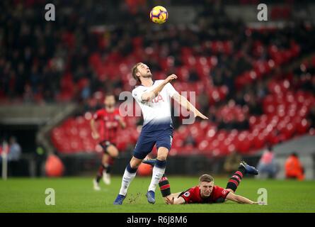 Tottenham Hotspur Harry Kane (à gauche) et de Southampton's Matt Targett bataille pour la balle durant le premier match de championnat au stade de Wembley, Londres. Banque D'Images